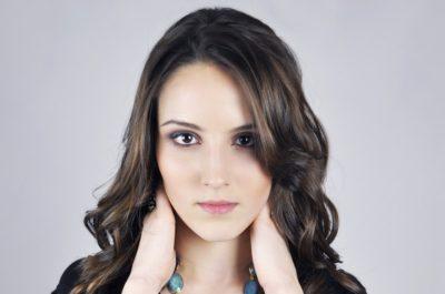 Wypełnianie i korekta zmarszczek twarzy kwasem hialuronowym