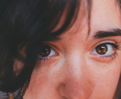 Zabiegi ujędrniające i odmładzające okolice oczu