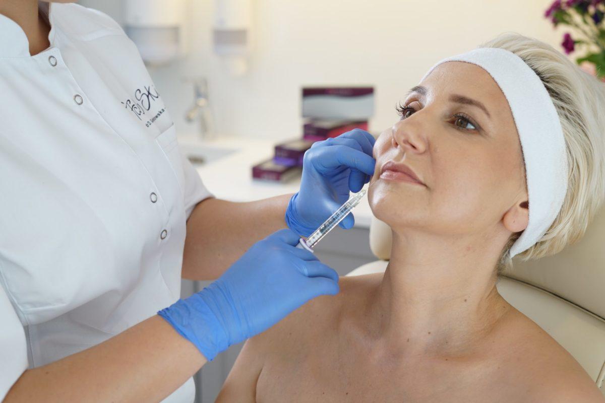 Zabiegi powiększania i korekty małych wąskich ust